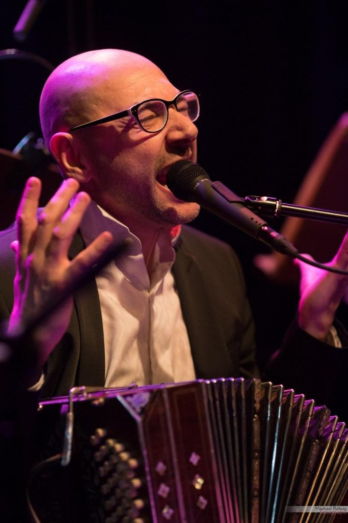 Bandoneón und Gesang von Fabian Carbone Signorelli auf der Tangonacht im Bürgerhaus Stollwerck. Ein Foto von Michael Röhrig.