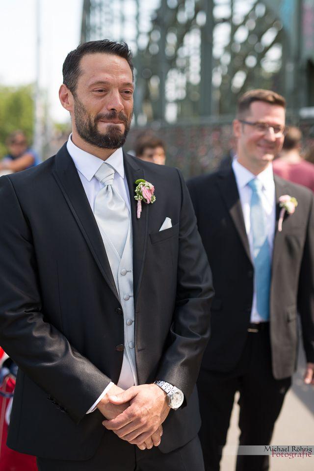 Michael Röhrig Hochzeitsfotograf - Der Bräutigam erblickt das erste Mal seine Braut im Brautkleid.