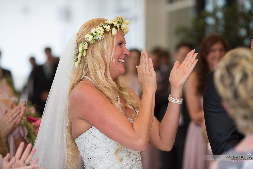 Michael Röhrig Hochzeitsfotograf - So ein emotionales Lied, die Braut klatscht