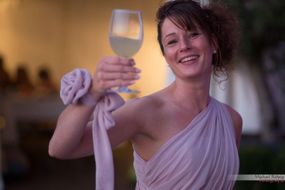 Michael Röhrig Hochzeitsfotograf - Brautjungfer mit Weinglas