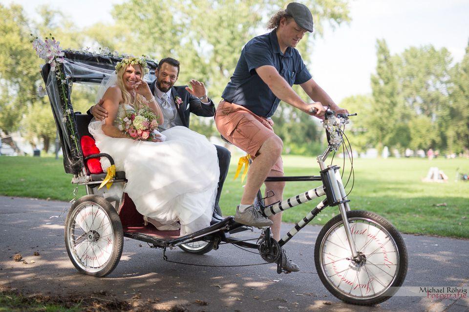Michael Röhrig Hochzeitsfotograf - Das Brautpaar in der Rikscha