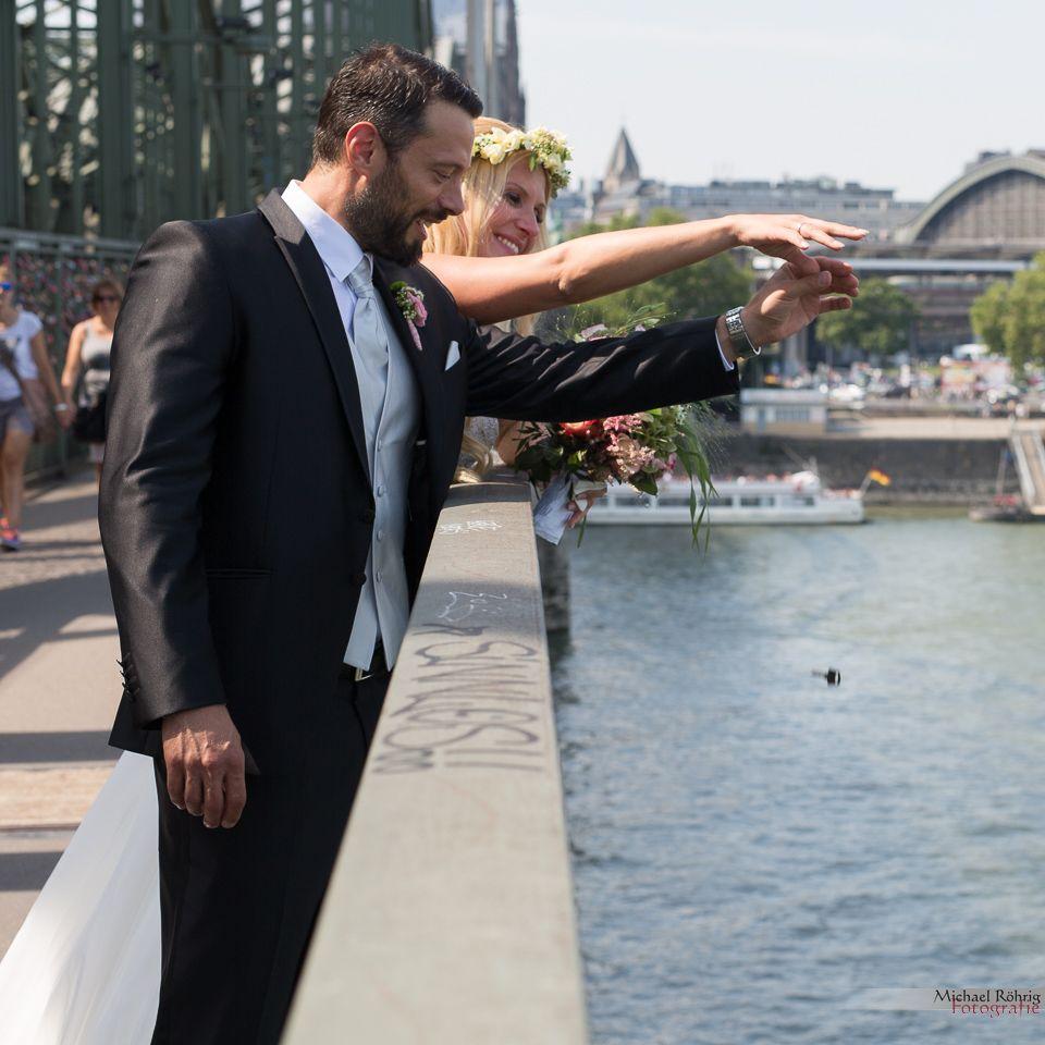 Michael Röhrig Hochzeitsfotograf - Brautpaar wirft Schlüssel vom Liebesschloss in den Rhein