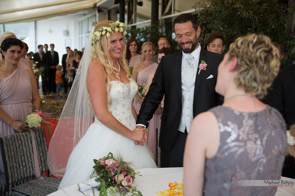 Michael Röhrig Hochzeitsfotograf - Brautpaar bei der Trauung mit Standesbeamtin