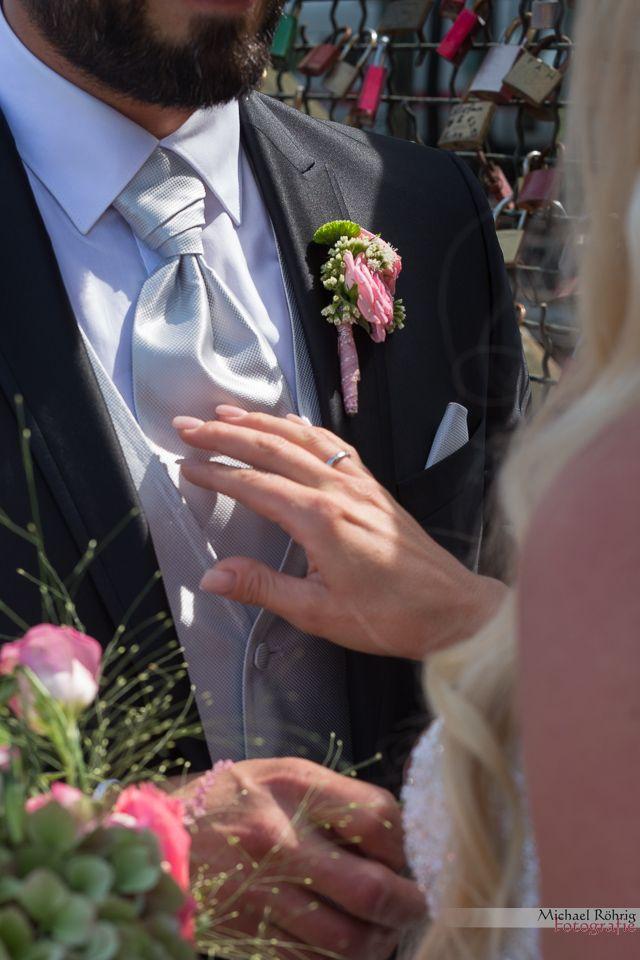 Michael Röhrig Hochzeitsfotograf - Braut berührt ihn zärtlich