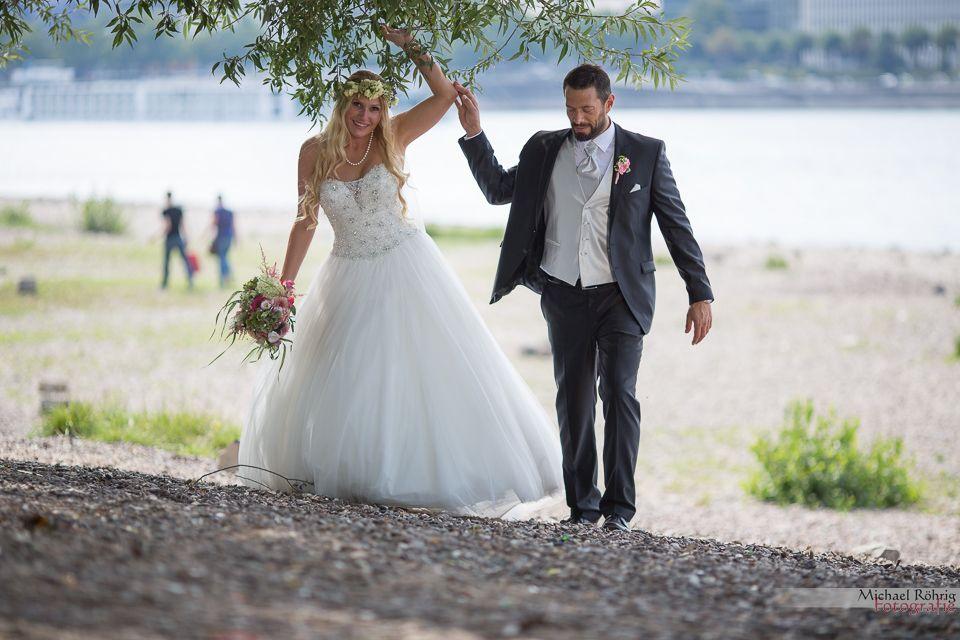 Michael Röhrig Hochzeitsfotograf - Das Brautpaarshooting am Rheinufer unter dem Baum.