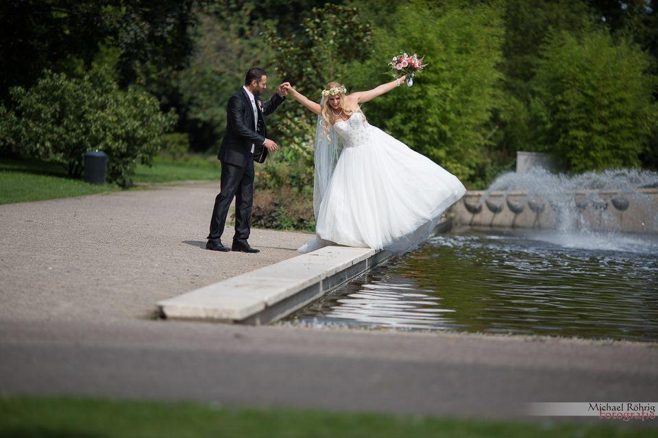 Michael Röhrig Hochzeitsfotograf - balancierende Braut verrückt