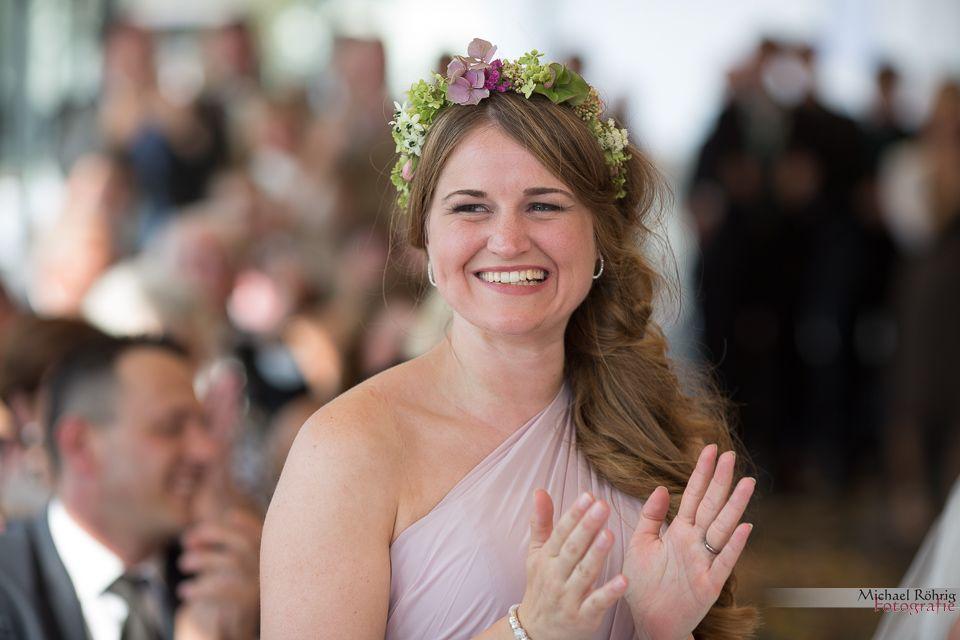 Michael Röhrig Hochzeitsfotograf - Trauzeugin klatscht
